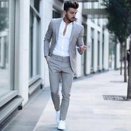 Vestito di estate grigio chiaro online-Uomini Suits 2018 Estate grigio chiaro su ordine di nozze Sposo Groomsmen Tuxedo Prom slim fit casuale Best Man Blazer + Pant