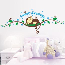 клубничные картины Скидка Наклейка обезьяна Sweet Dreaming Спящая обезьяна на деревьях наклейки на стены для детских комнат 1203 Наклейка на стену Фреска Детская Детская Спальня Decora ...