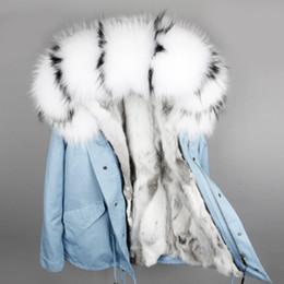 pele aparada casaco parka Desconto Mulheres de pele parkas Branco preto guaxinim guarnição maomaokong marca menina casacos de neve cinza branco forro de pele de coelho cinza mini parkas de lona