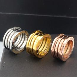 weibliche goldschmuck Rabatt Europa Classic Jewelry Edelstahl Federring vergoldet 18K Farbe Gold Ringe weiblichen breiten Ring Titan Stahl Rose Gold Ring für Männer Frauen