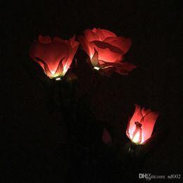 2019 luces solares rosa Artificial Rose Flower Lámpara de Energía Solar 3 Cabezal LED Insert Simulation Falso Festive Lantern Garden Patio de césped Decorativo Luz 25wn ZZ luces solares rosa baratos