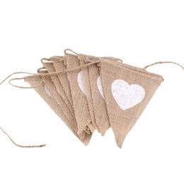 Cuerdas de amor online-Banderines de yute rústico Banderas de cuerda en forma de triángulo marrón Amor Corazón Decoraciones de boda Patrón Colgante de jardín Banner 6 8dl B