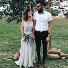 Vestidos de dama de honor gris online-Vestidos de dama de honor de dos piezas de color gris plateado Correas de espagueti elegantes con cuello en V Gasa de longitud de piso Boho Vestidos de invitados de boda Vestidos de otoño