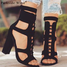 2019 bomba de vento Parkside Wind Flock Mulheres Sandálias Gladiador Sapatos de Salto Alto Strap Bombas Lace-up Sapatos Femininos de Moda Senhoras Verão Sapatos XWC1020-45 bomba de vento barato