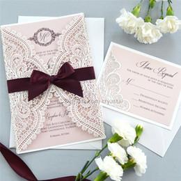 Invitaciones de boda de encaje blanco online-BLANCO CHANTILLY LACE Invitación de envoltura cortada con láser - Invitación de boda blanca cortada con láser con inserto Blush Shimmer y lazo de cinta burdeos
