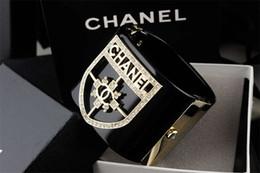 Бриллиантовый браслет широкий онлайн-Фабрика высокого качества роскошная перламутровая манжета с бриллиантом Широкий браслет Модный прозрачный кристалл Punk Акриловый браслет с коробкой