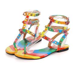 ADEMÁS, TAMAÑO GRANDE: 35-43 Sandalias de gladiador de verano para las sandalias planas de las sandalias coloridas de la moda del estilo de la señora Roman con las hebillas CZ130 desde fabricantes