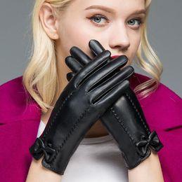 Перчаточный кожаный сенсорный экран онлайн-Бабочка узел кожаные женские перчатки зима плюс бархат кожа PU теплый вождения сенсорный экран перчатки варежки партия пользу LJJO5880