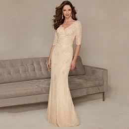 Mãe noivo vestidos de s vereta pescoço on-line-Nova Champagne Mãe da Noiva Vestidos Longo Elegante Beaed Lantejoulas Pregas Com Decote Em V Sereia Noivo Desgaste Meia Manga Lace Formal Vestidos