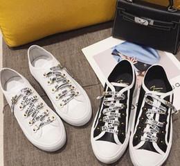 64b652b8 2018 Low Cut Patchwork cuero mujer zapatilla de deporte al por mayor marca  de lujo Kanye West Race Runner calzado informal blanco negro canva 73025