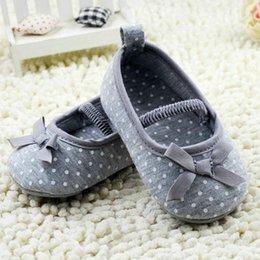chaussures pointillées par les enfants Promotion Gros-0-18M nouveau-né enfant enfant en bas âge bébé filles coton bowknot dot chaussures appartements gris chaussures pour toutes les saisons