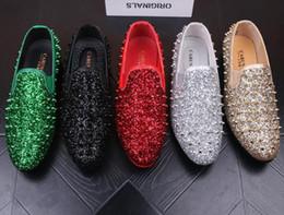 Argentina Diseñador de la marca de lujo Mocasines de los hombres Flats Glittering tudded Rivet Spike Vestido de los hombres Zapatos Slip On Sapato Feminino Male Homecoming Shoes Suministro
