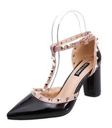 Весна новые дикие заклепки T туфли на высоком каблуке указал сплошной цвет с пакетом с Женские сандалии Оптовая мода повседневная дизайнер бренда от