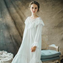 Camisón de manga larga de encaje blanco online-Camisa / Blusas de encaje de algodón blanco estilo victoriano largo para mujeres de 2018 con talla grande Manga larga Diseño camisón vintage