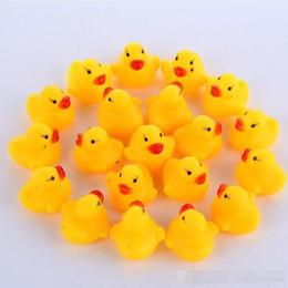 2019 kazoo en plastique 100pcs / lot En gros mini canard en caoutchouc canards de bain canard Pvc avec son canard flottant livraison rapide plage de natation