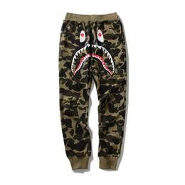 2019 calças de boca APE WGM Hip Hop Personalidade Boca Tubarão Impressão Camuflagem Casuais Calças de Trilha Masculino Hip Hop Pé Esporte Calças de Carga Sweatpants para Trilha calças de boca barato