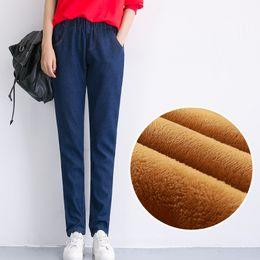 6e22294c36b4 Inverno Novo Plus Size Calça Jeans para Mulheres Cintura Elástica Harem  Pants Além de Veludo Cintura Alta Casual Jean Calças Mulheres Quentes calças  de ...