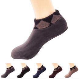 Zapatillas interiores de invierno para hombre. online-Los hombres calcetines de interior de invierno cálido espesar terciopelo interior cama calcetines calcetines de barco antideslizante suave deslizador calcetines 13 colores OOA3846