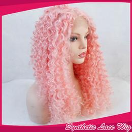 Parrucche riccio riccio rosa del merletto online-Parrucca anteriore lunga in pizzo sintetico Colore rosa chiaro Ricci crespi crespi parrucche per le donne bianche fibra resistente al calore cosplay capelli rosa