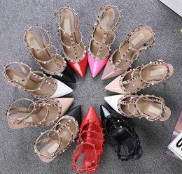 Nouveaux Couleurs mélangées Rivets Cloutés Femmes Sandales Talons hauts Patch bande étroite Cheville Strapy Boucle pointue Toe Party Shoes Femme ? partir de fabricateur