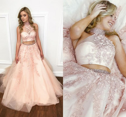 Il bicchierino di champagne del vestito da promenade di due pezzi online-Blush Pink Two Piece Prom Dresses Collo alto Appliques Pizzo in rilievo Tulle Ball Gown Prom Dresses Sweet 16 Abiti