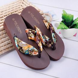 Sandalia flip flop flip flop online-Eco-friendly de Bohemia floral de la playa de las sandalias plataforma de la cuña de las correas zapatillas chancletas de color US5-8 3 Tamaño casa de verano de los zapatos