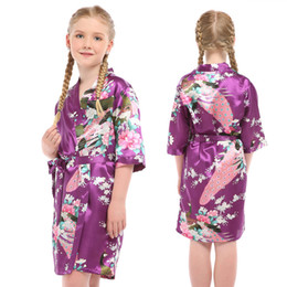 mädchen kimono pyjamas Rabatt 2018 Mädchen Satin Druck Pfau Kimono Robe für 3-14Yrs Kinder Sommer Pyjamas Brautjungfer Blumenmädchen Pyjamaparty Bademantel
