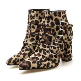 Botas cinturones tacones online-Botas de tacón alto para mujer Estampado de leopardo dedo del pie Cremallera Hebilla de cinturón Zapatos de botines de invierno de punto grueso Botas Mujer Mujer # 442