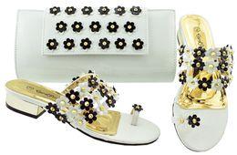 2019 3 см каблук белые туфли Лучшие продажи белые сандалии на низком каблуке 3CM с хрусталем и цветочным украшением африканские туфли соответствуют сумочке для платья JZC006 дешево 3 см каблук белые туфли