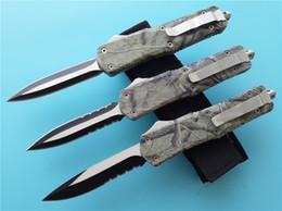equipo de camuflaje táctico Rebajas Woodland Camo Combate D / A AUTO cuchillo Cuchillo grande A07 440C acero Zinc-Aluminio Equipo de camping Cuchillos tácticos EDC de bolsillo con funda