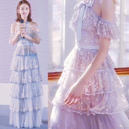 Платье для торта с цветочной вышивкой Холтер с открытыми плечами Длинная юбка Синяя лента с бантом Многослойное платье невесты от