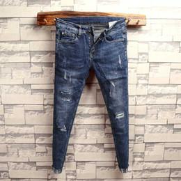 d72c08e8c3 Versión coreana de los pantalones de los pies de los hombres pantalones  personalidad dobladillo crudo versátil pantalones vaqueros de los hombres  de otoño ...