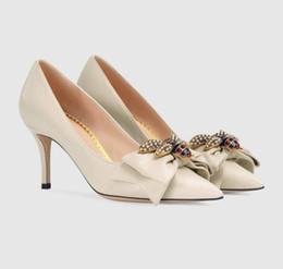 2018 новая мода sexy women dress shoes туфли на высоких каблуках Little bee насосы черный кремовый белый свадебные туфли партия shoes 626 от Поставщики охотничьи сапоги