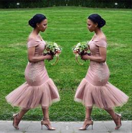 Off chá vestidos de casamento de comprimento on-line-Off Ombro Vestidos de Dama de Honra Africano Cetim Tule Rendas Applique Bainha Chá Comprimento Dama de honra Convidados Do Casamento Vestidos BA9508