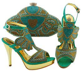 Zapatos de vestir de teal para las mujeres online-Zapatillas de mujer en verde azulado con zapatos de cristal y diamantes de imitación africanos combinados con un conjunto de bolsos para el vestido JZC004, tacón 11,5 cm
