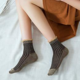2019 calcetines brillantes Las últimas mujeres de la moda Gold Silk Stripe Glitter Socks Venta caliente Shine Autumn Summer Harajuku Socks Cool Brillante calcetín de moda 6 colores rebajas calcetines brillantes