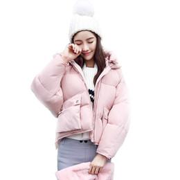 Розовые толстовки с капюшоном онлайн-Зимние модные женские куртки с коротким дизайном Симпатичные хлопчатобумажные мягкие розовые пальто, теплые толстовки с капюшоном Свободные мягкие парки Casaco Feminino