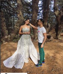 Langes weißes trägerloses mantelkleid online-Abendkleid Yousef aljasmi Kim Kardashian langes Kleid ärmellos trägerlosen Kristall Rüschen weißer mit Trail Scheide Zuhair Murad