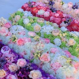 Hochzeitstische läufer online-Neue Ankunfts-elegante künstliche Blumen-Reihen, welche die Mittelstücke Straße zitiert Blumen-Tischläufer-Dekorations-Versorgungsmaterialien Wedding sind Freies Verschiffen