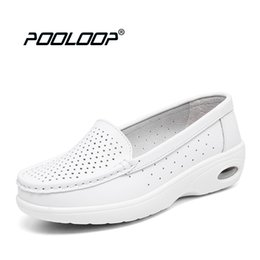 Argentina Pooloop 2017 zapatos de enfermería blancos para mujeres zapatos de trabajo cómodos deslizarse en los zapatos médicos casuales para mujeres de cuero genuino suave pisos cheap nursing slip shoes Suministro