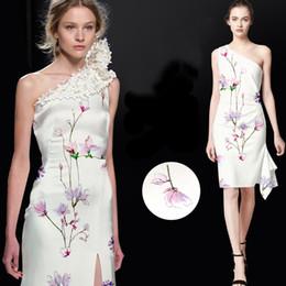 Impressões do tecido da orquídea on-line-118 CM de Largura 19 MM 93% de Seda 7% Spandex Impressão Orquídea Branco Estiramento Tecido De Cetim De Seda para o Vestido Camisa Roupas Cheongsam D830