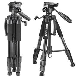 Video caricato online-vendita all'ingrosso Telecamera portatile in alluminio da 142 cm treppiede con testina girevole a 3 vie, borsa per fotocamera DSLR, videocamera DV carica fino a 4 kg