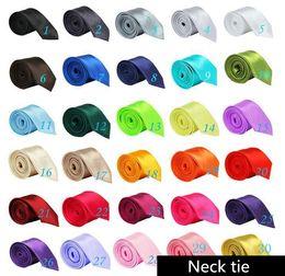 cravates colorées pour hommes Promotion Cravate solide Cravate Casual hommes maigres Polyester coloré 5 cm * 145 cm Hommes classiques à la main cravate cravate Skinny Wedding Party FFA060 1000pcs