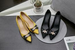 Argentina Abejas bowknot amarillo dedo del pie puntiagudo gatito zapatos talón boca baja primavera zapatos de mujer solteros puros y frescos tamaño 35-44 Suministro