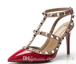 V sandali online-donne sandali tacchi alti scarpe da sposa in pelle verniciata rivetti sandali donne con borchie scarpe con strappy v scarpe tacco alto + scatola