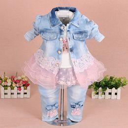 Детские джинсы онлайн-Наборы одежды для девочек 2018 бренд моды кружева цветочные джинсовая куртка + футболка + джинсы дети 3 шт. костюм комплект Малыш младенческой детской одежды