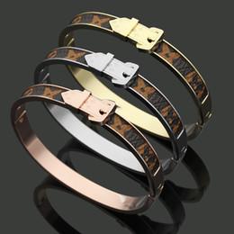 Argentina Patrón de flor de acero titanium Leathe pulsera con diseño de hebilla de flecha de metal Marca de lujo de oro rosa de plata Brazalete para joyería de moda de mujer Suministro