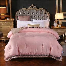 2018 Solid Pink Lace Border Quilting Colcha De Algodão De Seda Jacquard Poliéster Gêmeo Completa Rainha King Size Inverno Comforters Cobertores cheap pink comforter queen lace de Fornecedores de edredom rainha rosa