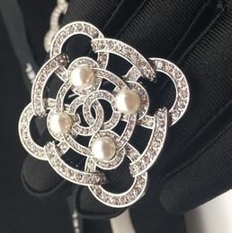 Nuovo design di qualità strass in bianco e nero perla lettera spilla signore vestito da sposa gioielli regalo accessori moda da f1 luce fornitori