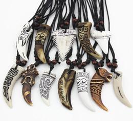 Gioielli dei denti del lupo online-Monili di modo All'ingrosso 12 PZ / LOT Misto Fresco Imitazione Osso Intagliato Drago Totem Squalo / Lupo Dente Pendente Collana Amuleti Trasporto di Goccia